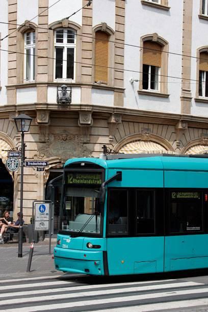 Die S-Bahn-Linie 12 fährt in 60 Minuten an Frankfurts Attraktionen vorbei