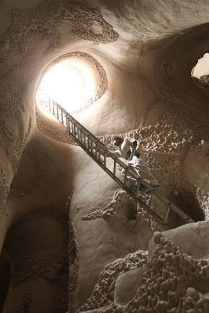 Tief unter der Erde liegt die Höhle, erreichbar über eine Leiter