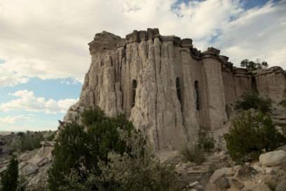Einige seiner Höhlen hat Paulette in Felsen gehauen, andere befinden sich unter der Erde