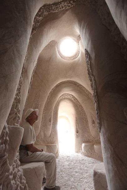 Der Künstler in einer der von ihm gestalteten Höhlen