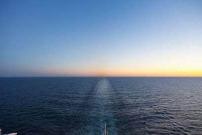 Die Linie, die Himmel und Wasser trennt