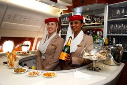Mit Champagner und Häppchen werden Passagiere im Flieger begrüßt – allerdings nur die in der First- und Business Class. Alle anderen haben das Nachsehen
