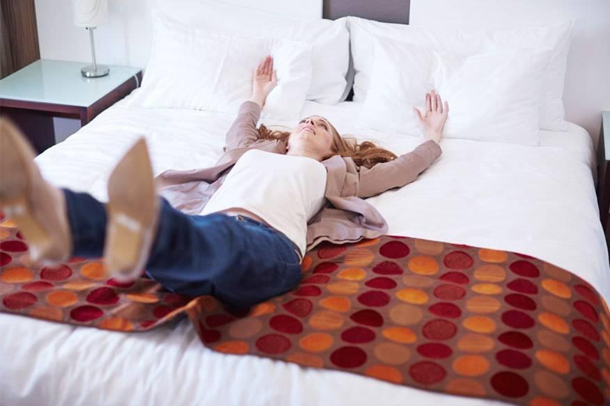 Wer sein Hotelzimmer eher kurzfristig bucht, spart unter Umständen viel Geld