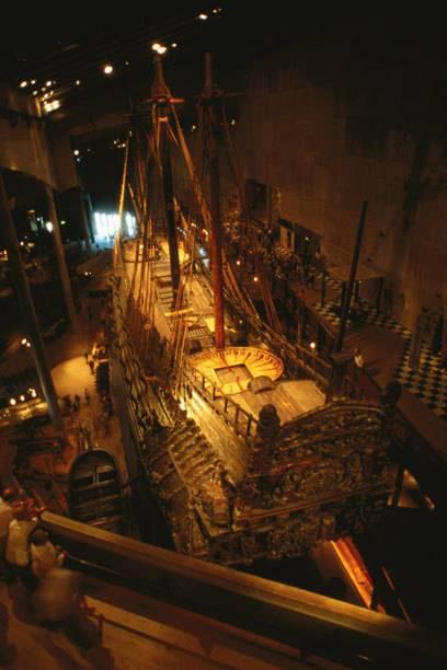 Beeindruckend klein sehen die Besucher im Vergleich zum ehemaligen Kriegsschiff «Vasa» aus - das restaurierte Wrack hat inStockholm ein eigenes Museum