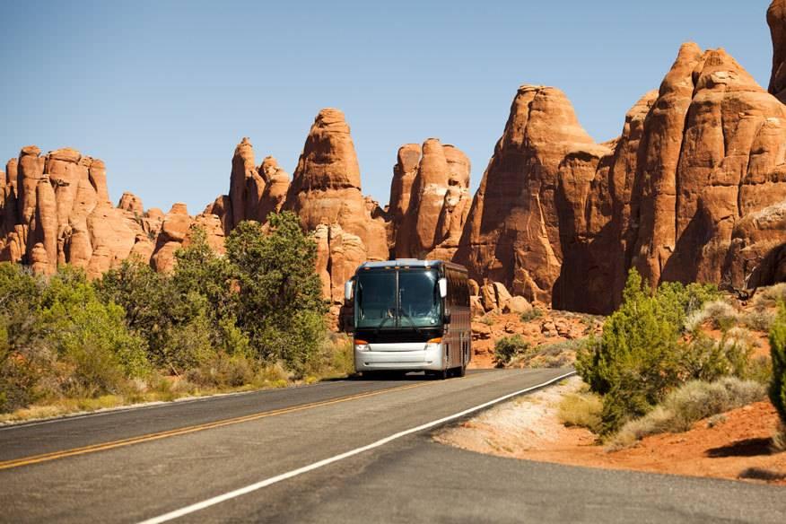 Road Trip deluxe: Busreisen durch die USA erfreuen sich ungebrochener Beliebtheit. Hier im Bild: Der Arches-Nationalpark im US-Bundesstaat Utah mit seinen ungewöhnlichen Fels-Formationen