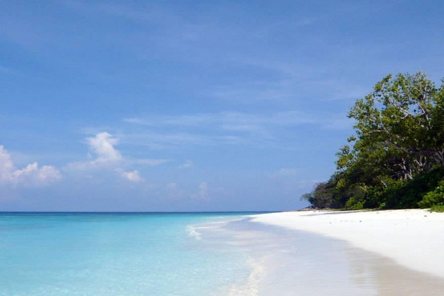 So einsam wie auf diesem Foto war Koh Tachai bisher nicht – stattdessen tummelten sich auf der nur 12 Quadratkilometer großen Insel zuweilen bis zu 1000 Menschen gleichzeitig.
