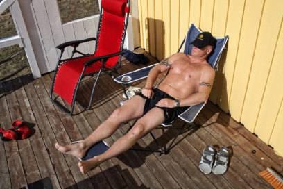 So lässt es sich leben: Ein Häftling genießt ein Sonnenbad