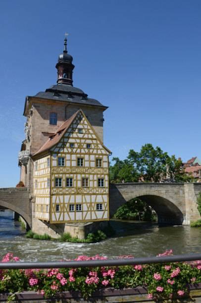 Das Alte Rathaus in Bamberg steht mitten im Fluss Regnitz und ist eine einzigartige Schönheit – für Touristen ein absolutes Sightseeing-Highlight