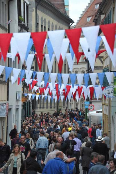 Die Sandstraße ist so etwas wie die Partymeile Bambergs. Zum größten Stadtfest, der Sandkerwa, kommen jedes Jahr im August Hunderttausende Besucher.