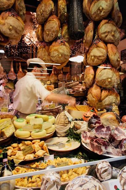 Ein Spezialitätengeschäft in Bolognas Altstadt