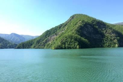 Der Stausee von Ridracoli ist von bewaldeten Hügeln umgeben