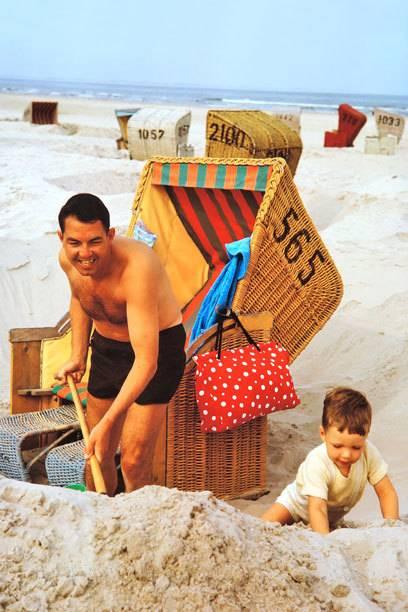 So etwas gehört der Vergangenheit an: Seinen Strandkorb einzugraben, um sich vor dem Wind zu schützen, ist auf Sylt heute verboten