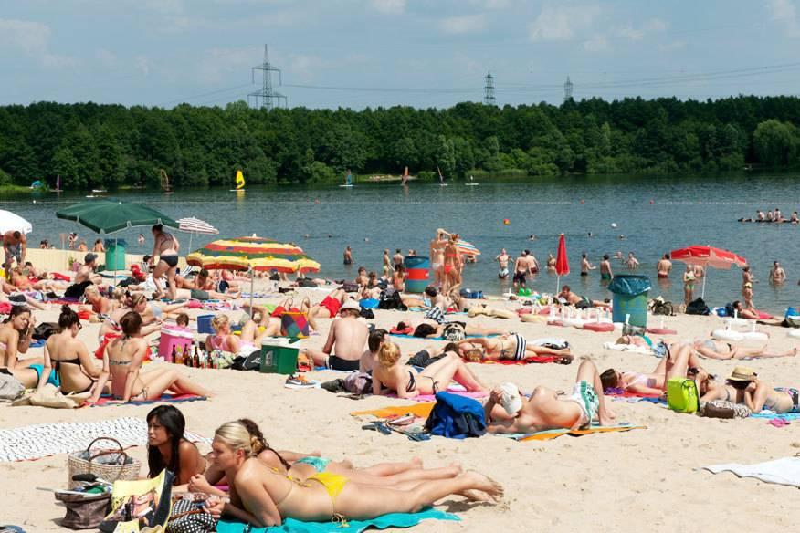 In einem Tagebaurestloch entstand einst der Otto-Maigler-See in Hürth, südlich von Köln. Das Areal mit dem Badesandstrand am Nordwestufer steht heute unter Landschaftsschutz. Auf dem See darf gesurft, gerudert und gesegelt werden, zu Lande gibt es Sportmöglichkeiten wie Beachvolleyball,Fußball und Basketball.: Strandbad Otto-Maigler-See, Zur Gotteshülfe, 50354 Hürth: 4,50 Euro, ermäßigt 3,00 Euro