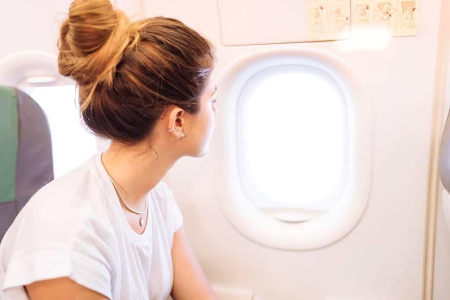 Während Start und Landung muss die Fensterblende im Flugzeug immer offen sein – vielen Passagiere wissen allerdings nicht, warum das verlangt wird