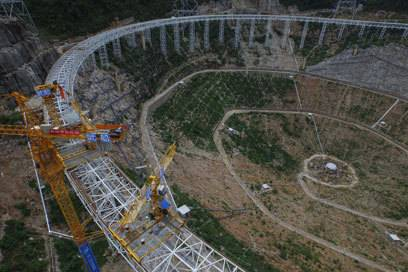 So sah es während der Bauarbeiten aus: Die Anlage wurde in einem bergigen Gelände errichtet
