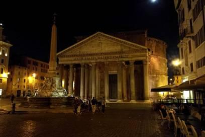 """Das Pantheon war der Ort, den die alten Römer ihren antiken Göttern widmeten. Auch heute noch ist der Tempel eine absolute Kultstätte, wenn auch """"nur"""" für Touristen."""