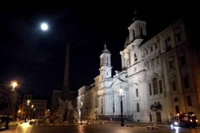 Auf der Piazza Navona fanden einst Wagenrennen statt – doch schon lange hetzen keine Pferde mehr über den ovalen Platz. Dafür umso mehr Besucher.