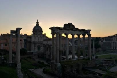 Sonnenaufgang über dem Forum Romanum. Ein wahrhaft majestätischer Moment, wenn eine derart riesige Stadt langsam aus ihrem Schlaf aufwacht.