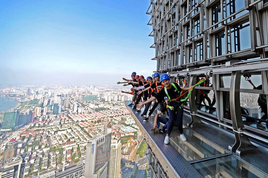Der Skywalk am Jin Mao Tower in Shanghai sorgt für besonderen Nervenkitzel: Es fehlt das Geländer.