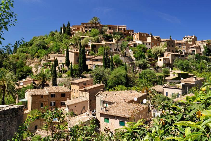 """Deià liegt dicht an der Nordwestküste Mallorcas. Weil sich hier in der Vergangenheit zahlreiche Künstler niedergelassen haben und zum Teil immer noch hier leben, trägt Deià den Beinamen """"Künstlerdorf"""""""