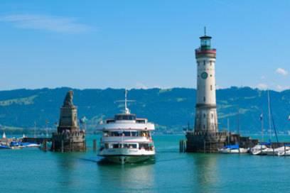 Der Leuchtturm steht in Lindau gegenüber vom Bayerischen Löwen und ist ein beliebtes Fotomotiv