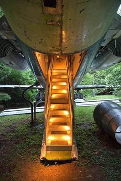 Diese Flugzeugtreppe führt in die ungewöhnliche Behausung