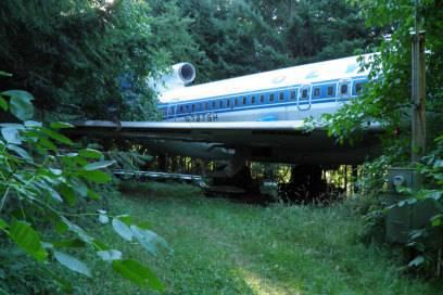 Mitten im Wald hat Bruce Campbell sein ungewöhnliches Heim platziert: ein ausrangiertes Flugzeug