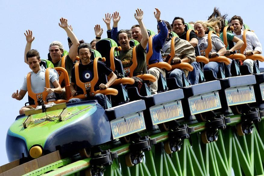Die Hände hoch, das Lachen – und die Angst – im Gesicht: Achterbahnfahren macht Spaß, bringt aber auch oft Übelkeit und Schwindel mit sich