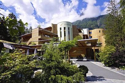 """Bei den Menschen wächst das Bewusstsein für nachhaltigen Konsum – auch im Urlaub. Naturhotels wie die """"Waldklause"""" in Österreich kommen diesem Trend nach"""