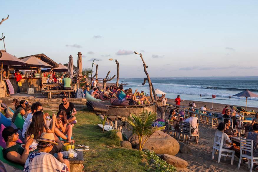 Bilder von Menschen, die vor traumhafter Kulisse am Strand Alkohol trinken, könnten mit einem möglichen Alkoholverbot auf Bali bald der Vergangenheit angehören
