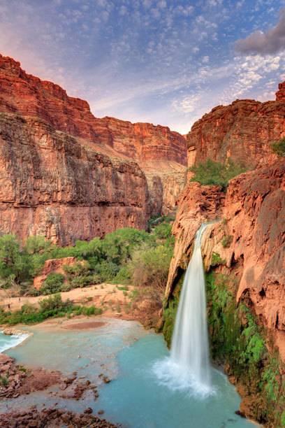 Magisch erstrahlen viele der Naturpools im Abendlicht. Hier die Havasu-Fälle im Grand Canyon in den USA