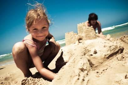 Einfach wieder Kind sein: Sandburgen zu bauen, macht Großen genau so viel Spaß
