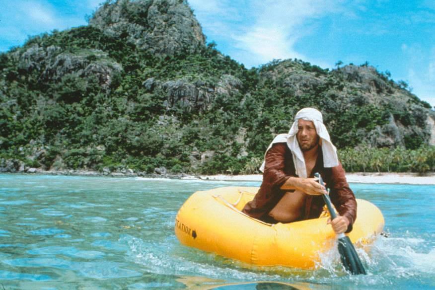 Mit einem knallgelben Gummiboot, einem Rettungsboot aus dem Absturzflugzeug, unternimmt Noland einen ersten Fluchtversuch. Der am umgebenden Riff scheitert. Im Hintergrund gut zu sehen: das Vulkangestein Monurikis