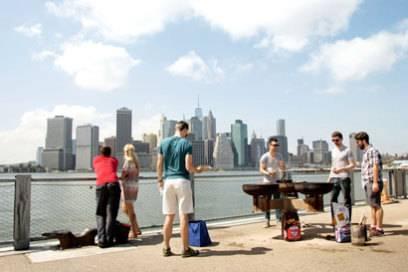 Vom Brooklyn Bridge Park aus hat man den besten Blick auf die Skyline von Manhattan