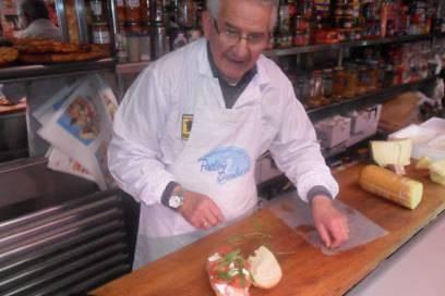 Bruno betreibt seinen Laden gemeinsam mit seiner Frau Maria seit 50 Jahren. Hier bekommt man das beste Frühstück in ganz Polignano – und jederzeit ein freundliches Gespräch