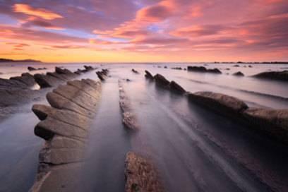 Bei Sonnenuntergang und Nebel sieht der Itzurun-Strand wie ein magischer Ort aus