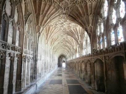 Ein Laubengang in der Kathedrale von Gloucester in England