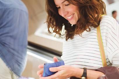 Wenn jemand sein Geld wechseln möchte, sollte man das eigene Portemonnaie nicht ganz so offen darbieten