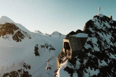 Die Einfahrt der Gondel auf dem Kleinen Matterhorn ist passgenau in den Fels geschlagen