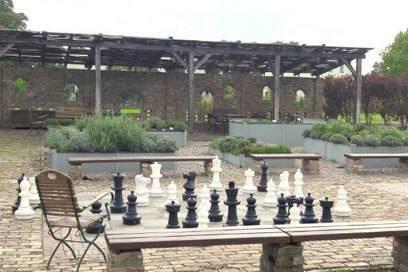 """Schließlich gibt es auch noch ein Gartenzimmer fürs Köpfchen. Im """"Garten des Geschicks"""" kann man Riesenschach spielen"""