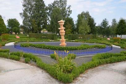 Im Luxusgarten schillern tausende Glassteine wie Amethysten im Sonnenlicht