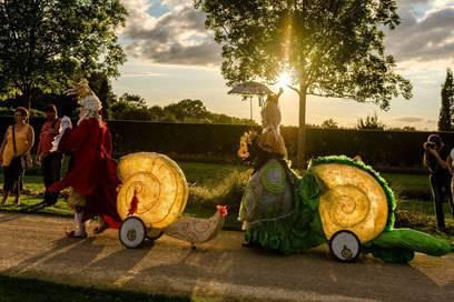 Im Schlosspark gibt es immer wieder Feste, bei denen sich verkleidet, Feuer gespuckt und getanzt wird