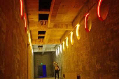Die tristen Wände der ehemaligen Militäranlage werden heute von bunten Lichtern erhellt.