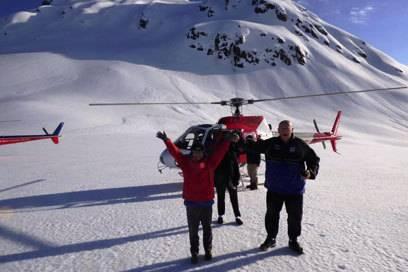 Zwei glückliche Teilnehmer eines Hubschrauber-Rundflugs in Neuseeland