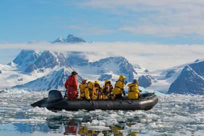 Mit dem Schlauchboot durch Spitzbergen, wo man Eisbären in freier Wildbahn beobachten kann