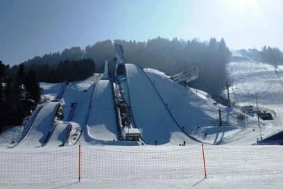 Blick auf die verschneite Olympiaschanze in Garmisch-Partenkirchen