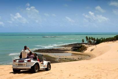 Die Dünen von Genipabu in Natal: Mit einem Mini-Jeep lassen sich hier die Strände erkunden