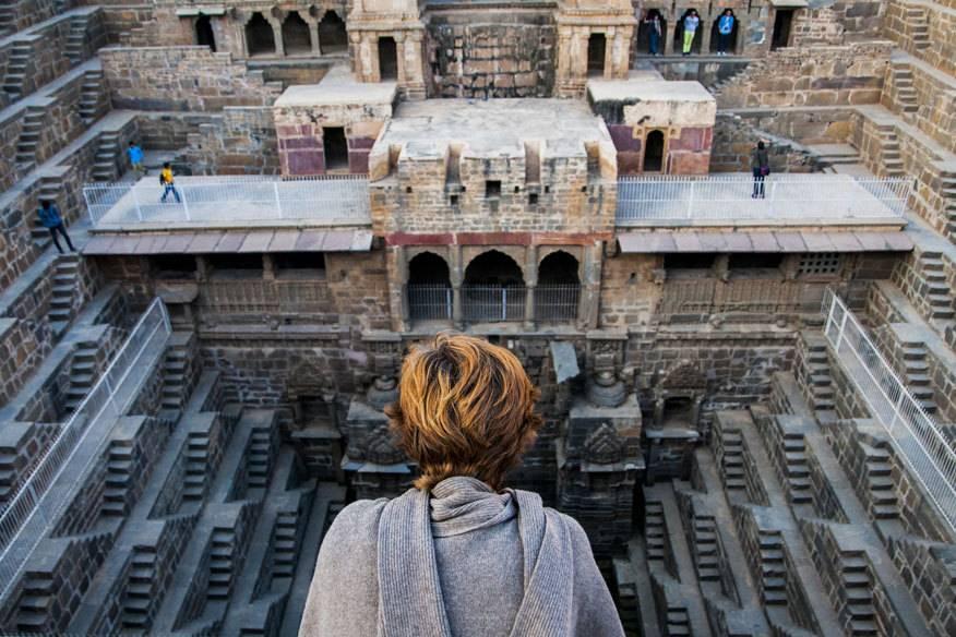 Auch für die 13 Geschosse und etwa 3500 Stufen des Stufenbrunnens Chand Baori nahe Jaipur in Indien sollte man schwindelfrei sein