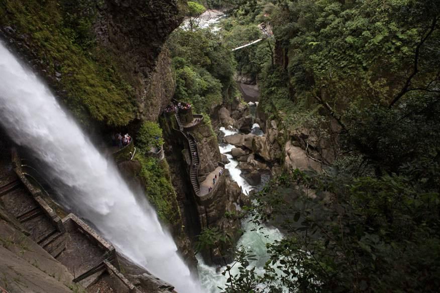 """Der Wasserfall des Rio Verde in Ecuador wird """"Pailon del Diablo"""" (dt. Schlucht des Teufels) genannt. Auch die Treppen entlang des Wasserfalls sind teuflisch: Die Stufen und das Geländer sind aufgrund des Wasserfallnebels ziemlich rutschig"""