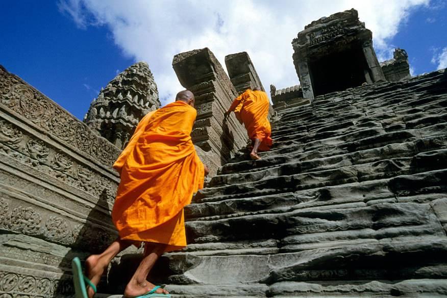 Mit einer Neigung von 70 Prozent haben es neben den Touristen auch die Mönche nicht leicht, zum höchsten Tempel von Angkor Wat in Kambodscha zu steigen. Die Botschaft ist klar: Der Himmel ist nun mal schwer zu erreichen